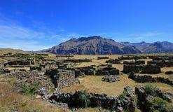 Les ruines de Maukallacta sur la montagne au-dessus de Puica Photo stock