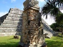 Les ruines de Maya Chichen Itza se ferment vers le haut de la tête en pierre dans Yucatan, Mexique photographie stock