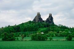 Les ruines de Trosky se retranchent dans la région de Bohème de paradis, Tchèque Republ image stock