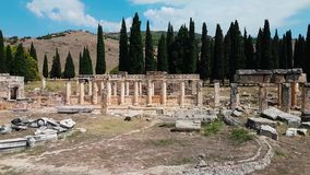 Les ruines de vieux débris de ville d'amphithéâtre turc Attraction archéologique Ville antique Hierapolis près de Marmaris banque de vidéos