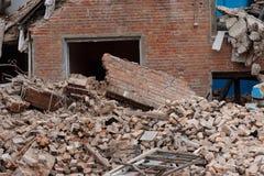 Les ruines des maisons effondrées, piles des déchets de construction en briques Photo libre de droits