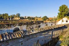 Les ruines des quais de chargement abandonnés pour des camions et du chemin de fer au sao font photos stock