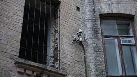 Les ruines du bâtiment abandonné après qu'ennemi attaquent pendant la guerre, fenêtre cassée râpée banque de vidéos