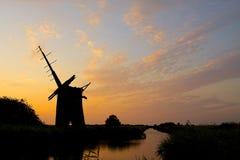 Les ruines du moulin à vent de Brograve au coucher du soleil Image libre de droits