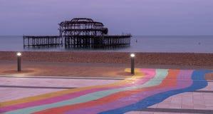 Les ruines du pilier occidental, Brighton, East Sussex, R-U Dans le premier plan, le Pebble Beach et le trottoir peints dans des  photo libre de droits