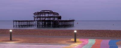 Les ruines du pilier occidental, Brighton, le Sussex, R-U, photographié au crépuscule un jour froid d'hiver photographie stock libre de droits