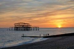 Les ruines du pilier occidental de Brighton ont silhouetté contre un coucher de soleil photo libre de droits