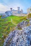 Les ruines du vieux château médiéval sur des roches. Photo libre de droits