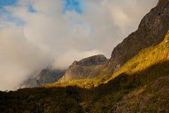 Les ruptures du soleil de soirée par les nuages Photographie stock libre de droits