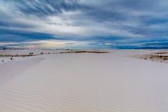 Les sables blancs ondulés surréalistes étonnants du Nouveau Mexique Photos libres de droits