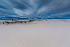 Les sables blancs surréalistes étonnants du Nouveau Mexique et des montagnes Photographie stock libre de droits