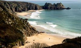 Les sables et l'aigue-marine d'or, les eaux clair comme de l'eau de roche de Porthcurno échouent dans les Cornouailles, Angleterr photographie stock libre de droits