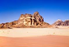 Les sables rouges et jaunes en rhum de Wadi abandonnent Photographie stock libre de droits