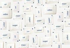 Les sachets de sel, de poivre et de sucre modèlent le fond Image libre de droits