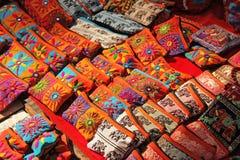 Les sacs à main colorés nationaux lumineux sont les produits cosmétiques de broderie faite main vendus sur le marché en Inde Souv photographie stock