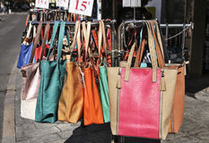 Les sacs à main de Colorfull accroche un presentoir Photos libres de droits