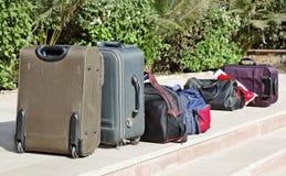 Les sacs de bagage ont emballé le contrôle à l'extérieur photographie stock libre de droits