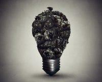 Les sacs de déchets de concept de solution de gestion de déchets ont formé l'ampoule photographie stock libre de droits
