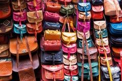 Les sacs en cuir entreposé à Tunis, Tunisie photo stock