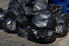 Sacs des déchets empilés vers le haut Photo libre de droits