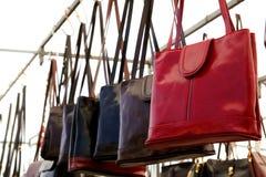 Les sacs rame en rouge de cuir de sacs à main de magasin au détail photo libre de droits