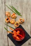 Les salades de thon sur le pain et Aperol Spritz Photos stock