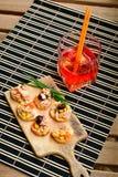 Les salades de thon sur le pain et Aperol Spritz Images stock