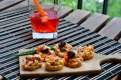 Les salades de thon sur le pain et Aperol Spritz Photo libre de droits