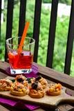 Les salades de thon sur le pain et Aperol Spritz Photo stock