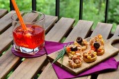 Les salades de thon sur le pain et Aperol Spritz Image stock
