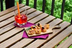 Les salades de thon sur le pain et Aperol Spritz Photos libres de droits