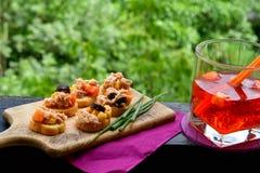 Les salades de thon sur le pain et Aperol Spritz Photographie stock libre de droits