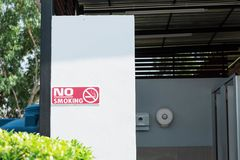 Les salles de bains et les bannières sont non-fumeurs Photo libre de droits