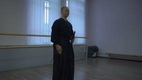 Les samouraïs avec des offres d'épée de katana cintrent avant la formation de kendo dans la salle de gymnastique banque de vidéos