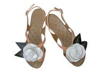 Les sandales de dames avec le cuir blanc se sont levées Image libre de droits