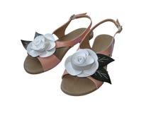 Les sandales de dames avec le cuir blanc se sont levées Photographie stock