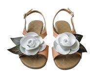 Les sandales de dames avec le cuir blanc se sont levées Photo libre de droits