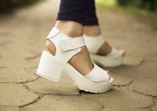 Les sandales de femmes blanches Images libres de droits