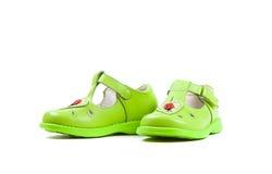 Les sandales des enfants verts d'isolement sur le fond blanc Photos libres de droits
