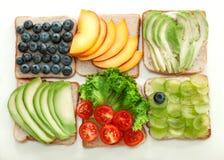 Les sandwichs avec des fruits et légumes se trouvent sur un fond blanc Photo libre de droits