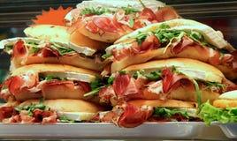 Les sandwichs bourrés du jambon et de la laitue dans un sandwich font des emplettes photos stock