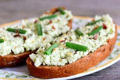 Les sandwichs faciles à guacamole pour le petit déjeuner ouvrent des sandwichs à seigle avec le guacamole, l'oignon vert frais et images libres de droits