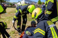 Les sapeurs-pompiers allemands forment un transport patient photo stock