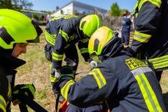 Les sapeurs-pompiers allemands forment un transport patient photos stock