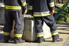 Les sapeurs-pompiers attendent images stock