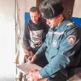 Les sapeurs-pompiers biélorusses inspectent des propriétés privées pour assurer la sécurité incendie dans la région de Gomel images libres de droits