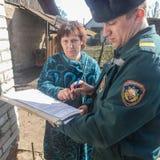 Les sapeurs-pompiers biélorusses inspectent des propriétés privées pour assurer la sécurité incendie dans la région de Gomel image libre de droits