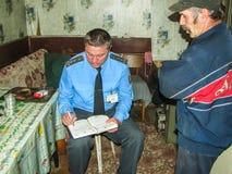 Les sapeurs-pompiers biélorusses inspectent des propriétés privées pour assurer la sécurité incendie dans la région de Gomel photographie stock libre de droits