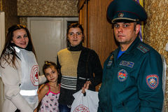 Les sapeurs-pompiers biélorusses inspectent des propriétés privées pour assurer la sécurité incendie dans la région de Gomel photos stock