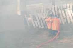 Les sapeurs-pompiers combattent un feu images stock